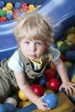 Netter Junge in spielendem Bereich Lizenzfreies Stockfoto