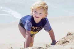 Netter Junge am Strand Stockfoto