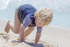 Netter Junge am Strand Lizenzfreie Stockbilder