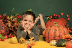 Netter Junge und Halloween-Kürbise Lizenzfreie Stockbilder