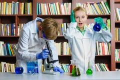 Netter Junge und Mädchen, die herein Biochemieforschung tut Lizenzfreies Stockfoto