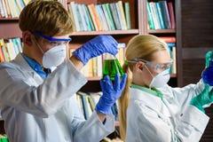Netter Junge und Mädchen, die herein Biochemieforschung tut Lizenzfreie Stockfotografie