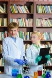 Netter Junge und Mädchen, die herein Biochemieforschung tut Lizenzfreies Stockbild