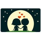 Netter Junge und Mädchen, die zusammen sitzt und zum Mond schaut Stockfotos