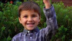 Netter Junge zählt auf den Fingern bis zu zehn stock footage