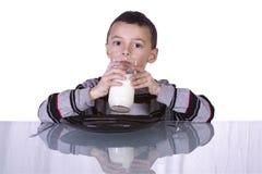 Netter Jungen-Trinkmilch Lizenzfreies Stockbild