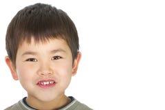 Netter junger asiatischer Junge mit dem großen Lächeln getrennt Stockbilder