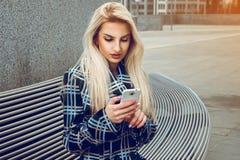 Netter junger blonder Geschäftsfrau-Gebrauchshandy Lizenzfreie Stockbilder