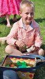 Netter junger blonder Junge, der seinen Ostern-Hunnen durchläuft Stockfotografie