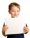 Netter junger glücklicher Vorschülerjunge, der Zeichen hält Lizenzfreies Stockbild
