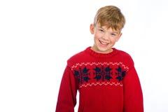 Netter junger Junge in einer Weihnachtsstrickjacke Lizenzfreie Stockfotografie