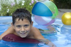 Netter junger Junge im Pool Lizenzfreie Stockfotos