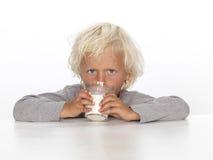 Netter, junger Junge mit Milch Lizenzfreie Stockfotos