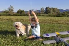 Netter junger Junge und sein RC Flugzeug Stockfotos