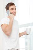 Netter junger Kerl genießt heißes Getränk Lizenzfreie Stockbilder