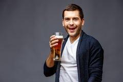Netter junger Mann in der intelligenten Freizeitkleidung lizenzfreies stockfoto