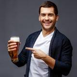 Netter junger Mann in der intelligenten Freizeitkleidung lizenzfreie stockbilder