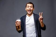 Netter junger Mann in der intelligenten Freizeitkleidung lizenzfreies stockbild