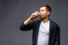 Netter junger Mann in der intelligenten Freizeitkleidung stockfoto
