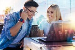 Netter junger Mann und Frau, die Musik hört Lizenzfreie Stockfotografie