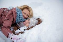 Netter junger Mann und Frau haben Spaß auf Schnee Lizenzfreie Stockbilder