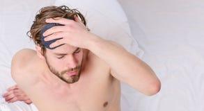 Netter junger Mann wacht auf, nachdem er morgens geschlafen hat Junger ausdehnender Mann beim morgens aufwachen oberseite stockfotos