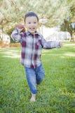 Netter junger Mischrasse-Junge, der draußen Fußball spielt lizenzfreie stockbilder