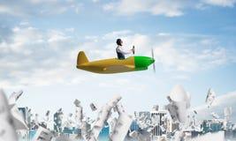 Netter junger Pilot, der in der Kabine des Flugzeuges sitzt lizenzfreies stockbild