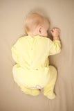 Netter junger Schätzchenschlaf auf Bett Lizenzfreies Stockfoto
