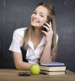 Netter junger Student nahe Tafel mit Kopienbuch-Taschenrechnerstift, Kopienraum Lizenzfreie Stockbilder