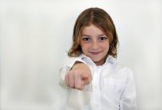 Netter junger zeigender und lächelnder Junge Stockfotografie
