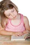 Netter junges Kind-Messwert ihr Buch Stockbild