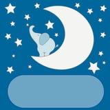 Netter Karikaturelefant auf dem Mond im nächtlichen Himmel, Sterne, für Einladungskarten einer Babyparty oder des Geburtstages Stockfotografie