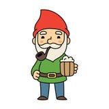 Netter Karikaturgnom mit Bier Stockfoto