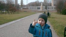 Netter kaukasischer Junge in der zufälligen Kleidung stock footage