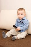 Netter kaukasischer Junge mit Fernsehkonsole Lizenzfreies Stockbild