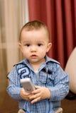 Netter kaukasischer Junge mit Fernsehkonsole Lizenzfreie Stockbilder