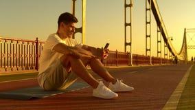 Netter Kerl, der auf Smartphone simst stock video
