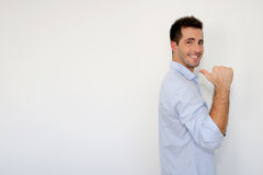 Netter Kerl, der sich Daumen zeigt Lizenzfreies Stockbild