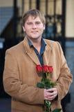 Netter Kerl und Blumen stockfotografie