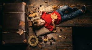 Netter Kinderjunge werden zum Herbst fertig Die größten Rabatte während alles Herbstes kleidet für Kinder Kind, das herein spielt lizenzfreie stockfotos