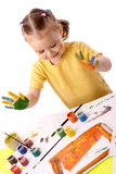 Netter Kindlack unter Verwendung der Hände Stockfotos