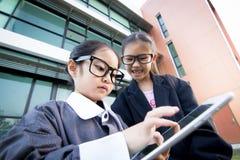 Netter kleiner asiatischer Geschäftsmann Lizenzfreies Stockfoto