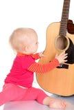 Netter kleiner Musiker, der Gitarre auf weißem Hintergrund spielt Stockbild