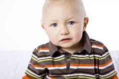 Netter kleiner blonder Junge. Stockfotografie