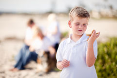 Netter kleiner blonder Junge, der seine Starfish hält Lizenzfreies Stockbild