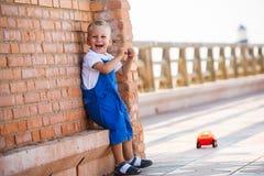 Netter kleiner blonder Junge spielt Lizenzfreies Stockfoto