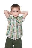 Netter kleiner blonder Junge stellt sich vor Lizenzfreie Stockbilder