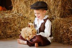 Netter kleiner europäischer Junge in der Kappe mit blauen Augen Lizenzfreie Stockfotografie