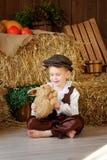 Netter kleiner europäischer Junge in der Kappe mit blauen Augen Lizenzfreie Stockfotos
